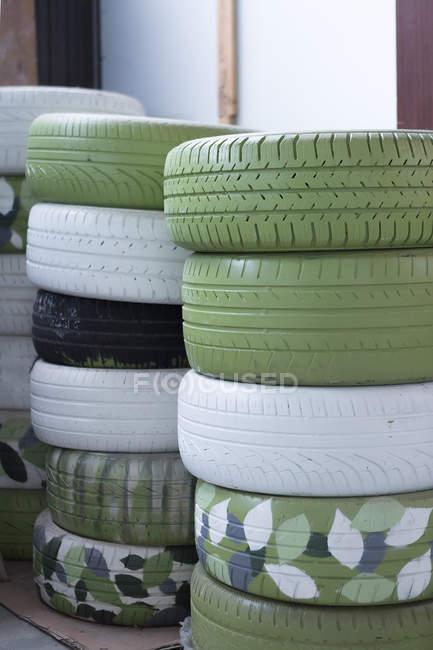 Empilements de pneus de voiture dans le garage — Photo de stock