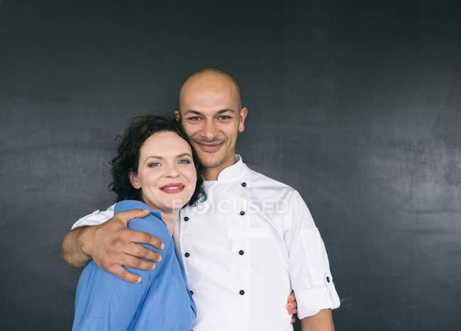 Красивый шеф-повар и улыбается женщина — стоковое фото