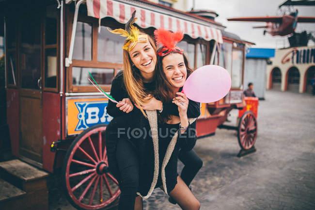 Le donne si divertono al parco divertimenti — Foto stock