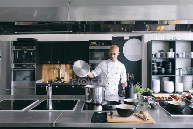 Chef di cucina zuppa in cucina — Foto stock