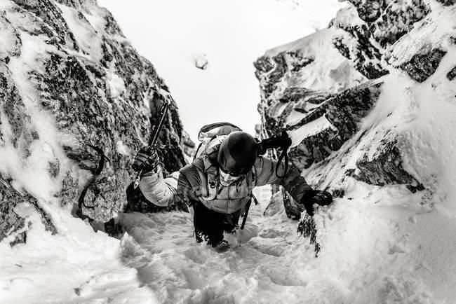 Людина походи на снігові гори — стокове фото