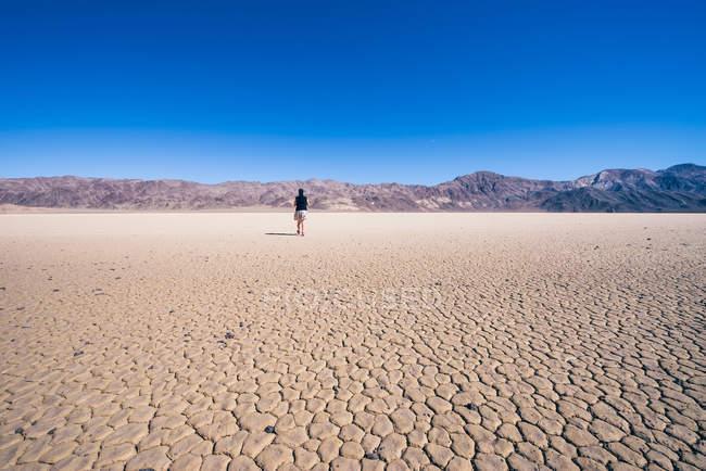 Femme marchant dans la vallée de la mort — Photo de stock