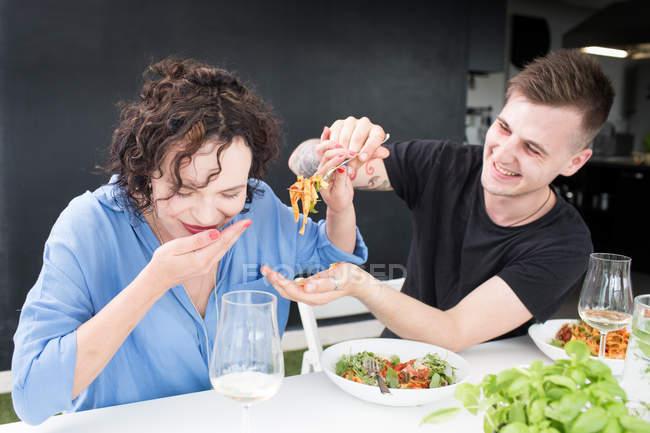 Couple souriant dîner — Photo de stock