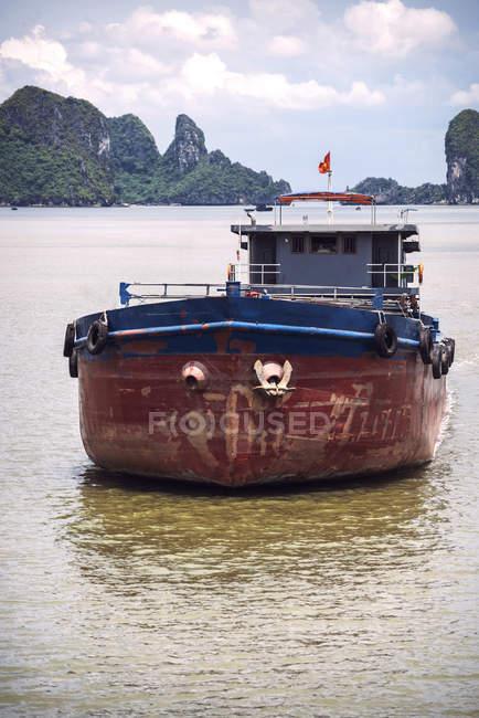 Плаваючий човен в Ha Long Bay — стокове фото