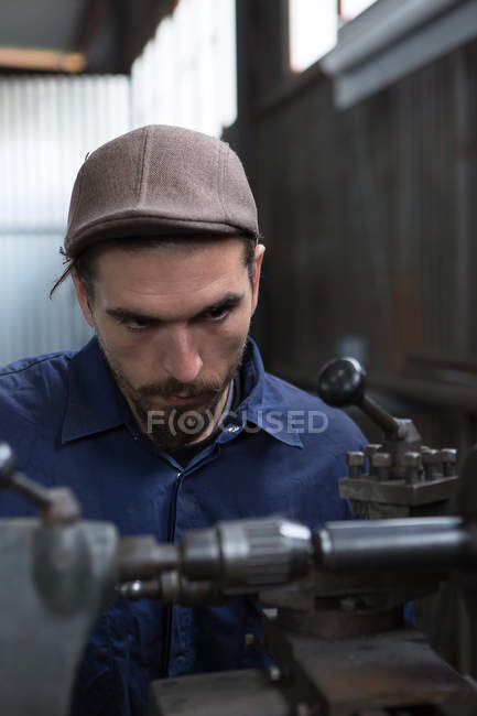 Konstrukteur schaut sich Arbeitsmaschine an — Stockfoto