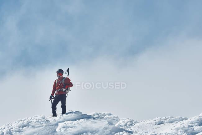 Туризм в заснеженных горах — стоковое фото