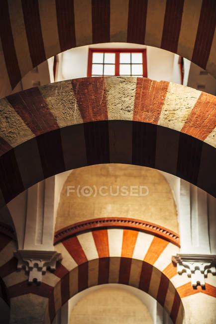 Interior de la antigua Gran Mezquita de Córdoba - foto de stock