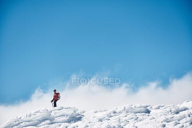 Mann wandert in verschneiten Bergen — Stockfoto