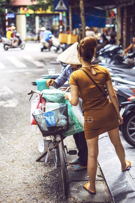 Vendeur de rue vietnamien à Hanoi — Photo de stock