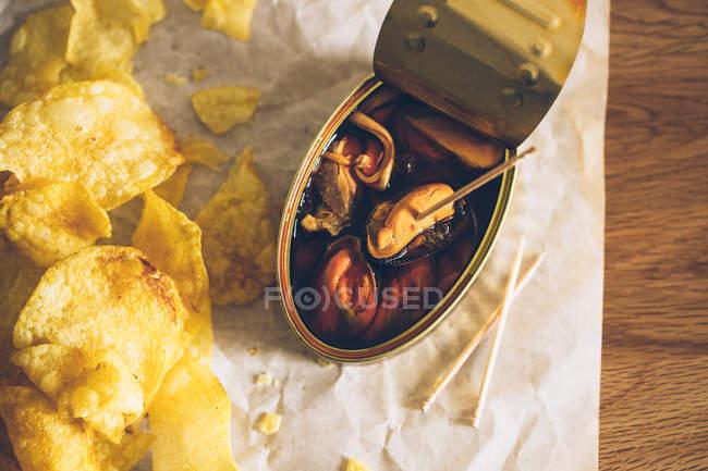 Lata de mejillones y patatas fritas - foto de stock