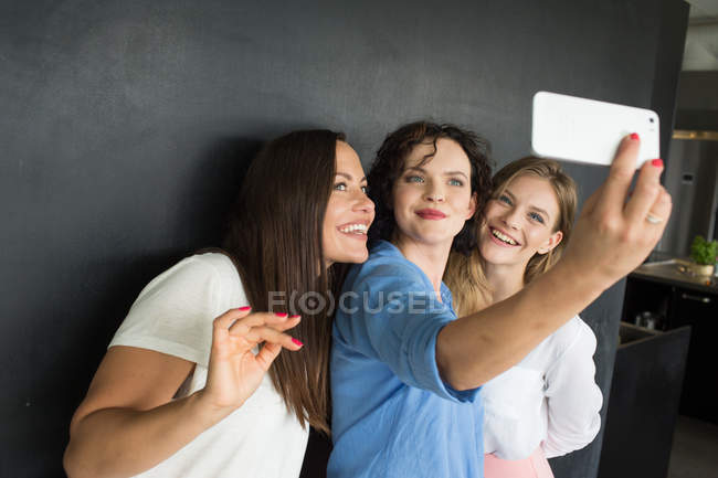 Amigos alegres levando auto-retrato — Fotografia de Stock