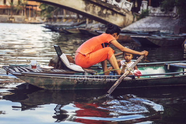 Жінка з дівчиною на човні в Tamcoc — стокове фото