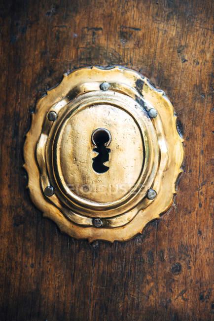 Замок на деревянной антикварной двери — стоковое фото