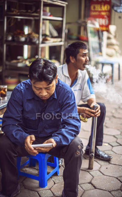 Людина в'єтнамських тютюну Люлька для паління — стокове фото