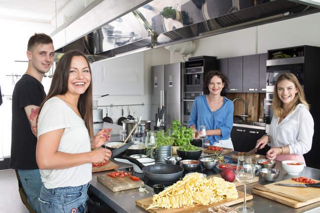 Lächelnde Menschen, die Zubereitung von Speisen — Stockfoto