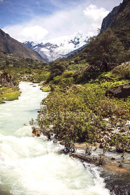 Красивые снежные горы в Перу — стоковое фото