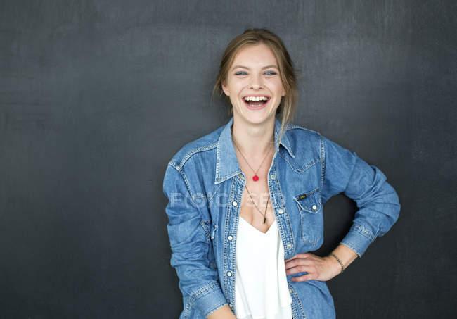 Молодая блондинка девушка в джинсовой куртке — стоковое фото
