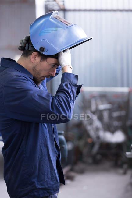 Ремесленник держит защитную маску — стоковое фото