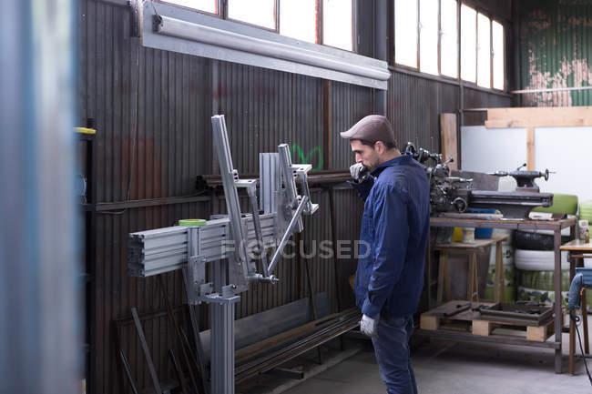 Artesão trabalhando com detalhes de metal — Fotografia de Stock