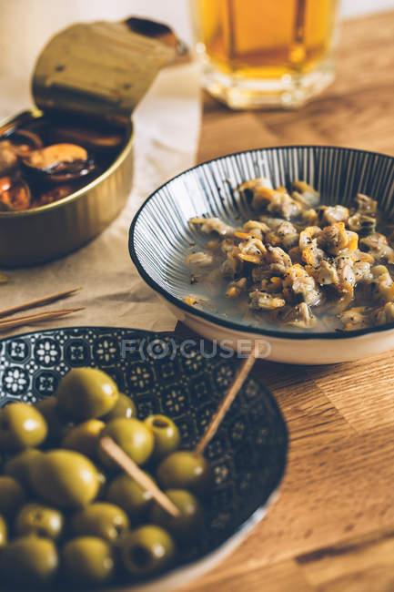 Aceitunas y mejillones deliciosos - foto de stock