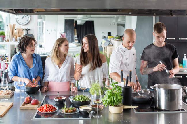 Koch Lehre Menschen in Küche — Stockfoto