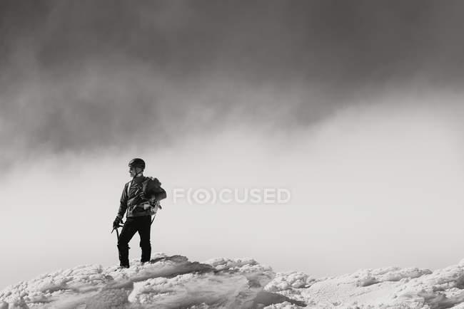 Trekking uomo sulla montagna innevata — Foto stock