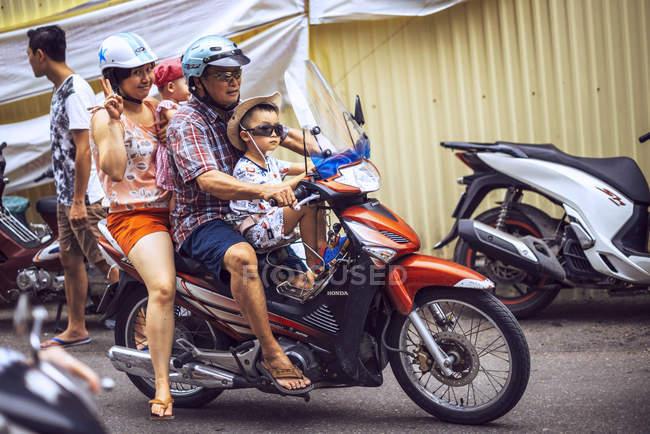 Людини наводячи сім'ї на мотоциклі — стокове фото