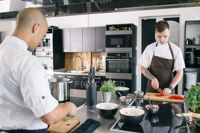 Koch und Student in Küche — Stockfoto