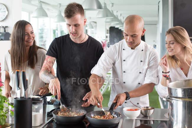 Classe de maître de la cuisson des aliments dans la cuisine — Photo de stock