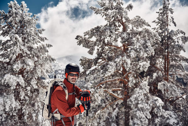 Man hiking in snowy mountains — Stock Photo