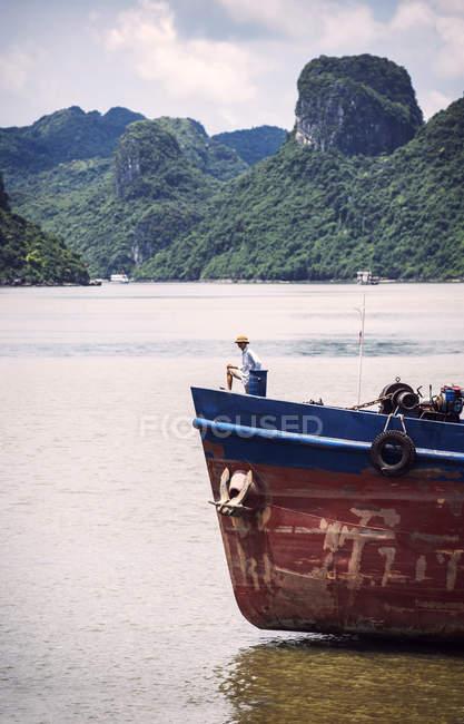 Човен на Ha Long Bay — стокове фото