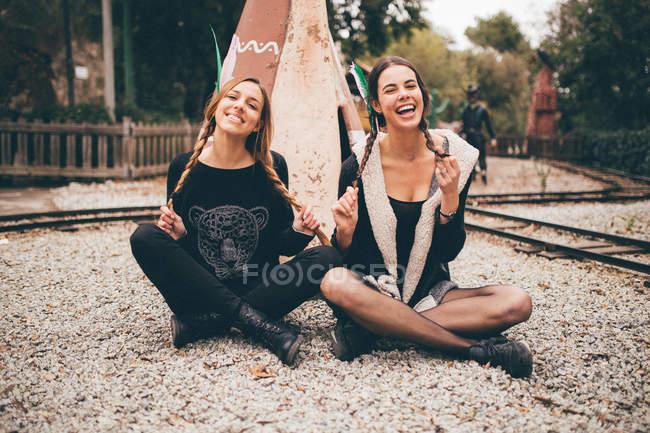 Giovani donne sedute vicino a wigwam — Foto stock