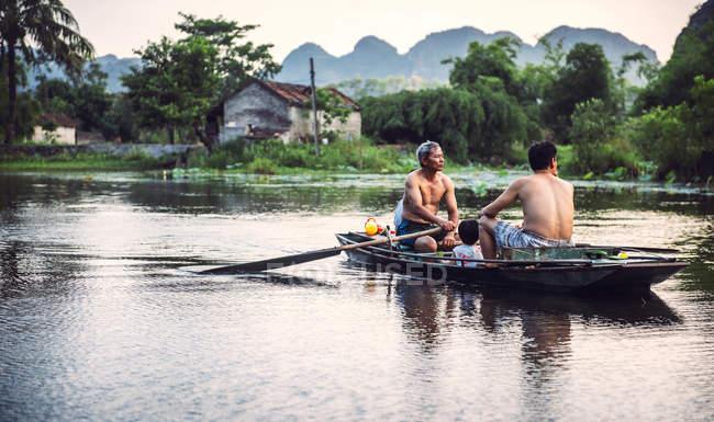 Беручи їзди на човні в Tamcoc сім'ї — стокове фото