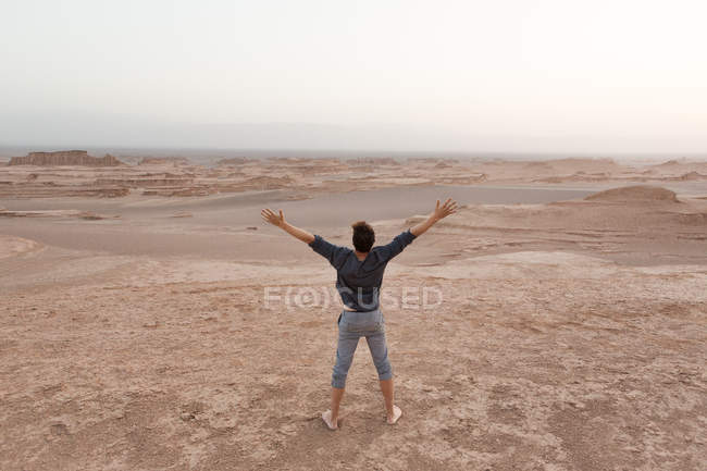 Homme explorant le désert de Dasht-e Lut — Photo de stock