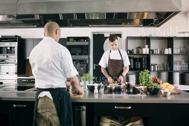 Koch mit Studenten in Küche — Stockfoto
