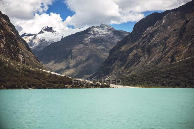 Bela Huandoy montanha e Lago Paron — Fotografia de Stock