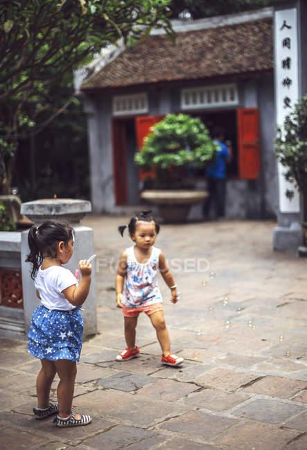 Маленькі дівчатка веселилися в Ханої — стокове фото