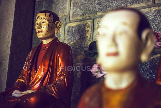 Буддийские статуи в храме — стоковое фото