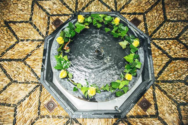 Patio típico andaluz con fuente y plantas - foto de stock