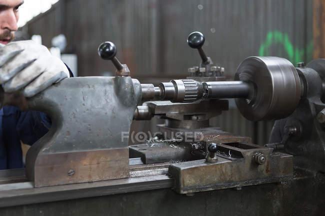 Handwerker arbeiten mit Eisen-Drehmaschine — Stockfoto