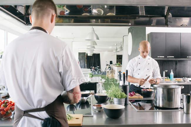 Шеф-кухарі приготування їжі на кухні — стокове фото