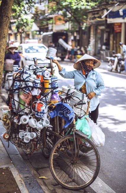 Vietnamese street market seller — Stock Photo