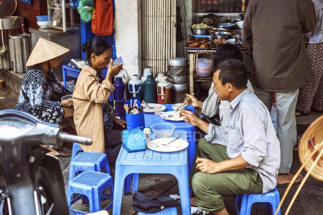 Клиенты в уличной кабинке в Ханое — стоковое фото