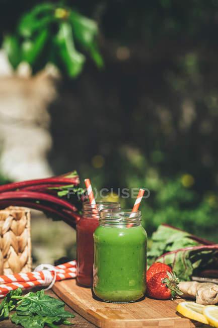 Smoothies santé fraîchement mélangés — Photo de stock