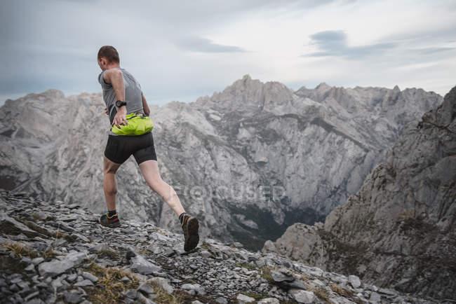 Человек, бегущий кросс — стоковое фото