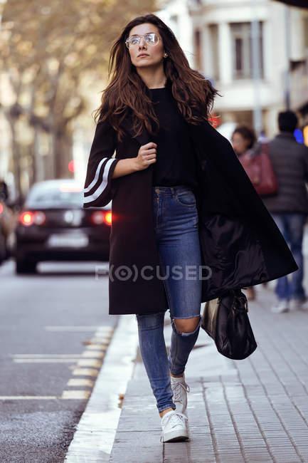 Молодая женщина позирует на улице . — стоковое фото