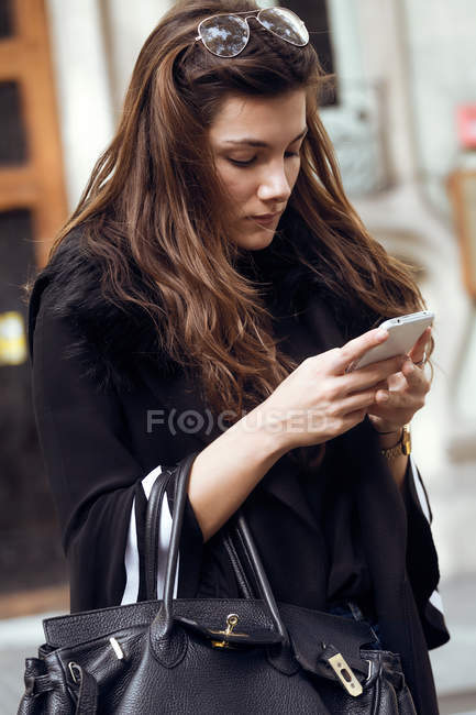 Женщина с помощью мобильного телефона — стоковое фото
