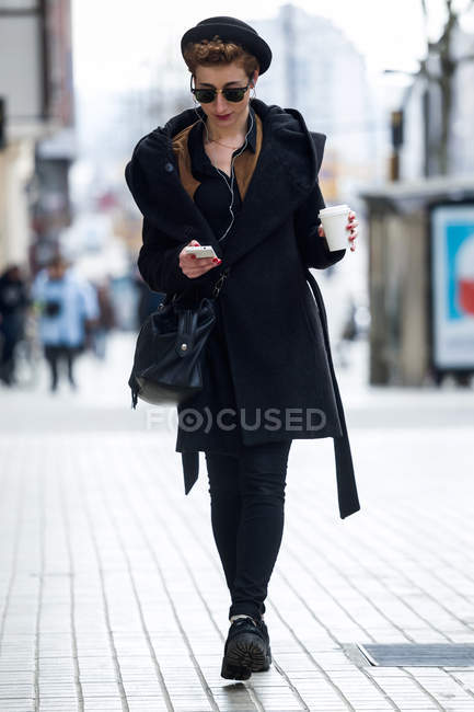 Жінка з мобільного телефону і кава. — стокове фото