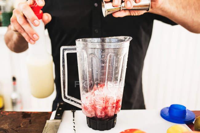 Vorbereitung Cocktail Barkeeper — Stockfoto