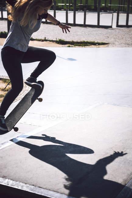 Skateboarding practicing at skatepark — Stock Photo